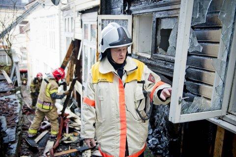 Storbrann i den gamle trehusbebyggelsen i sentrum er brannvesenets verste mareritt. Her inspiserer brannsjef Leif Linde restene etter en brann i Lille Øvregaten/Bredenbecksmauet i 2013.