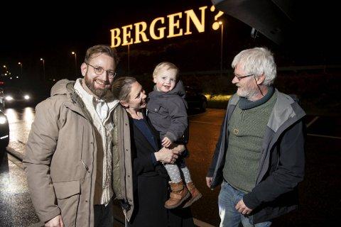 Bestefar Knut Eirik Bendixen hentet familien Dietmar, Julie og Ulrik (2) på Flesland. De har ikke vært i Bergen på et år.