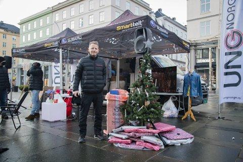 Vi er her dersom det er noen som vil prate litt eller ta en vaffel med oss. Vi har gaver også, sier Arnulf Bjørnstad i UngNorge.