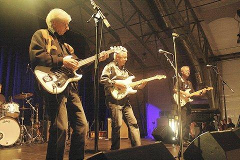 Prostatakameratene i sving på scenen med medlemmene Arne «Pluggen» Brakstad på sologitar, Gunnar Johannesen på rytmegitar, Arne Lunde på bass og Finn «Bobbo» Nysæter bak trommene.