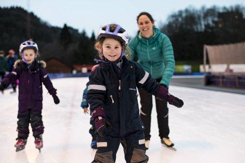 Tvillingsøstrene Anne (5) og Julia (5) koste seg på Slåtthaug sammen med mamma Silvia Huishens og lillebror Oliver (3) mandag formiddag.