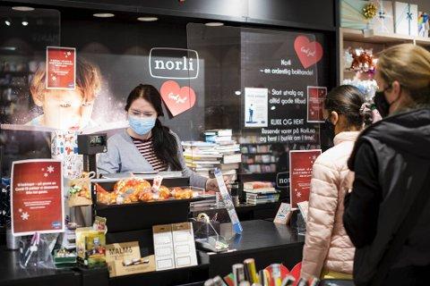 Butikksjef Kristin Monsen og kollegene på Norli Lagunen fikk det travelt mandag.