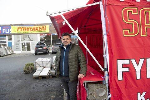 Harald Johannessens Åsane Flis & Gulv er et av 58 utsalgssteder i Bergen som har fått tillatelse til å drive handel med fyrverkeri i år. Hos Nyborg-bedriften er det meste klargjort for salg onsdag og torsdag.