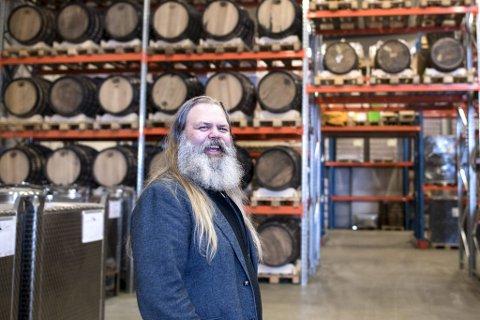 Stig Bareksten lager bergensk brennevin – inkludert Bareksten Botanical Aquavit – i lokalene til OSS Craft Distillery i Bergen.