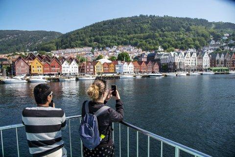 Rødne Fjord Cruise måtte innstille sin rute til Modalen som følge av koronapandemien i sommer. Nå jobber næringslivet med en smittevernplan for å kunne lose turistene trygt rundt i Bergen. Så fort koronakrisen avtar.