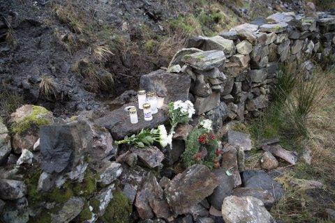 Kort tid etter dødsbudskapet ble det lagt ned blomster og tent lys på ulykkesstedet.