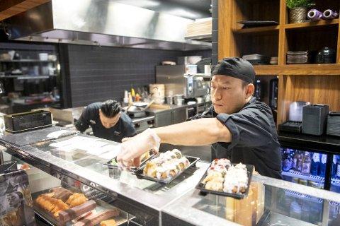 San Lay Htoo og Nixon Zaw er kokker ved Sumo Solheimsviken. Det går mye sushi i take-away