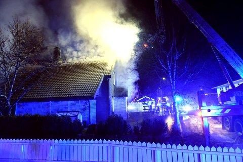 Det brant fra taket og blusset godt opp ifølge en av naboene.