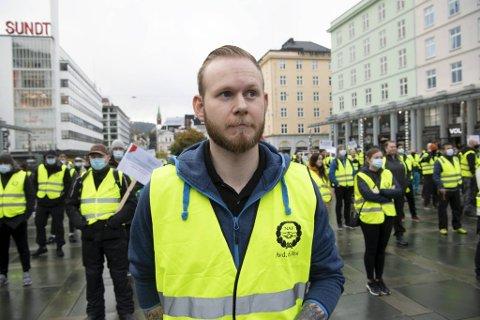 Daniel Øvstetun Vik er en av Arbeidsmandsforbundets tillitsvalgte i Avarn Security. Her står han fremst av de streikende under en fanemarkering på Torgallmenningen i oktober.