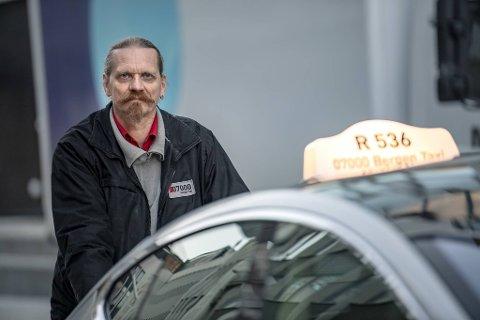 Stig Torgersen har sjonglert mellom å være drosjesjåfør og folkevalgt for Senterpartiet. Nå slutter han i dagjobben.