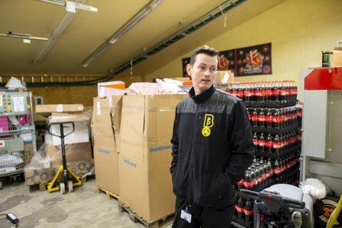 Arturs Martinson har snart ikke mer plass på lageret til alle pakkene fra Postnord.