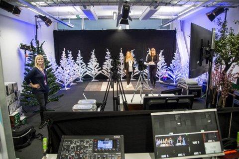 Fra venstre: Gro Hjartholm og Mariell Sæternes (begge i Salgs- og reklameforeningen), og Mona Lavik (Bemanningsbyraaet/Qualified Professionals) gjør seg klare for tirsdagens digitale arrangement. – Vi må gjøre det beste ut av det, sier Hjartholm.