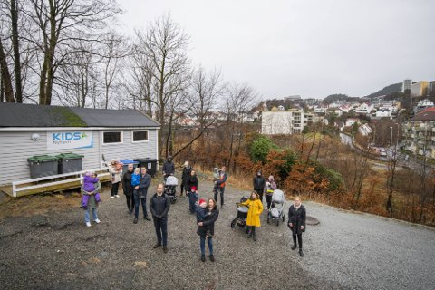 Foreldre i Kidsa barnehage Nyhavn er provoserte over at Nyhavnsveien 10 (hvit blokkk i bakgrunnen) mest sannsynlig skal huse rusmisbrukere i tiden fremover.