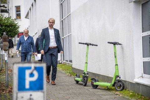 Bergen kommune, her ved byrådsleder Roger Valhammer, har siden i sommer jobbet hardt for å regulere el-løperhjulutleien. Mye tyder på at det nasjonale regelverket nå blir strammet inn på en rekke områder.