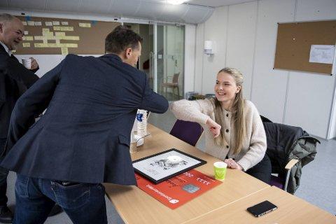 Distriktsleder Erlend Bygnes i Veidekke Entreprenør gratulerer Sofie Øian med utmerkelsen «Årets lærling».