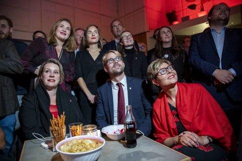 Marte Mjøs Persen, Roger Valhammer og Anne Gine Hestetun følger spent med på valgvaken i fjor høst.