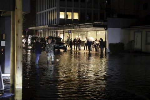 Det var mye vann i Os sentrum.