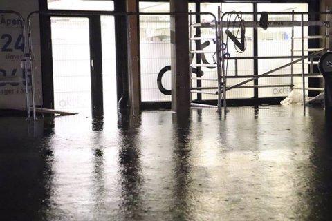 Aktiv 365 på Osøyro fikk rundt 15 centimeter vann inn i lokalene sine natt til tirsdag.