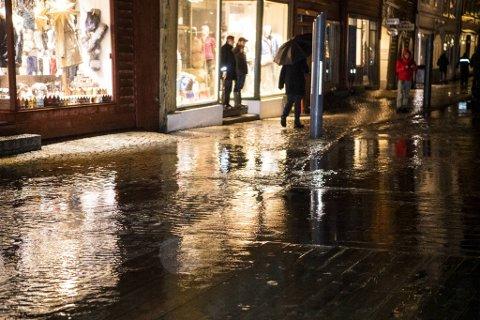 Vannet stoppet før det nådde husveggene på Bryggen mandag kveld.