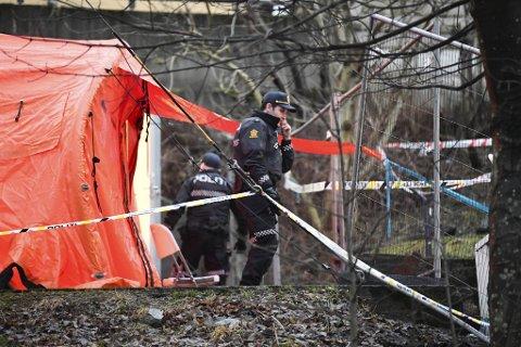 Totalt fem menn er siktet for drap eller medvirkning til drap etter at to personer ble funnet drept i Arna 13. januar.