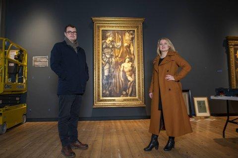 Haakon Alexander Thuestad og Line Daatland, begge direktører hos Kode, er bekymret for fremtiden om den statlige støtteordningen for lån av kunst forsvinner.