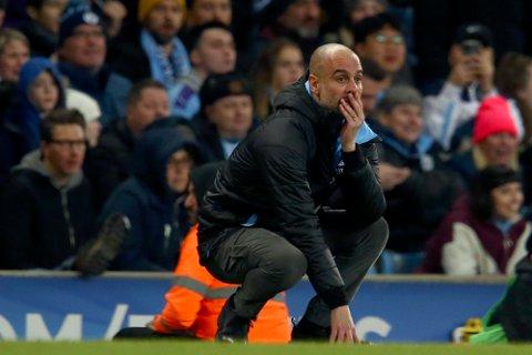 Manchester City-manager Pep Guardiola har god grunn til å være betenkt. Klubben er utestengt fra europacupene i to sesonger for brudd på reglene om økonomisk fair play. Foto: Dave Thompson, AP / NTB scanpix
