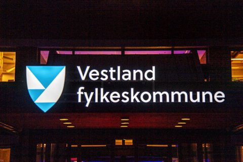 De nye skiltene er kostbare for fylkeskommunen. FOTO: EIRIK HAGESÆTER