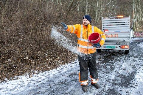 Entreprenørene som har ansvaret for vintervedlikeholdet på bergensveiene har mange hensyn å ta når temperaturen kryper ned mot null. Her Arild Gundersen fra Bergen Bydrift under en reportasje i 2019.