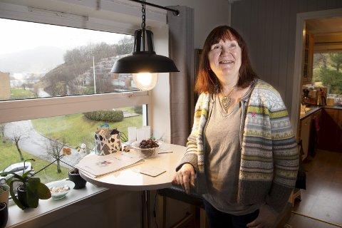Thea Økland har bodd på Liaflaten i Åsane siden 2007. Nå har denne fireromsleiligheten blitt for stor og hun har kjøpt seg inn det splitter nye BOB-prosjektet ved Liavatnet, som man kan skimte i bakgrunnen.