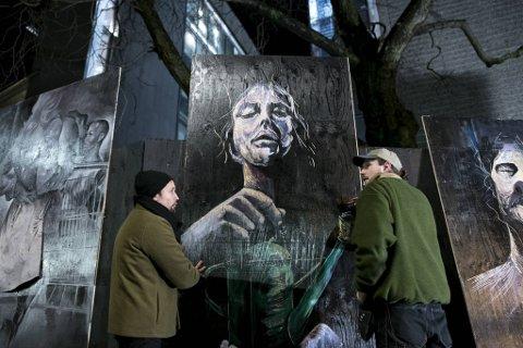 Da mørket krøp frem, gikk kunstnerne i gang med å montere kunsten.