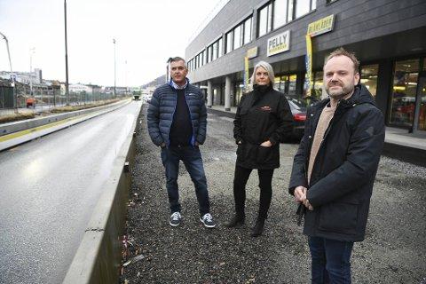 (Fra v.) Arild Fossen (Blåkläder), Marianne Christophersen (Hurtigruta Carglass) og Eddi Heggholmen (PP Vestland) fortviler over at kunder ikke finner frem til dem i enveiskjørte Kanalveien.