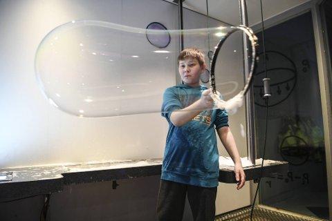 Sondre Persen Eikvik (12) koser seg på VilVite.
