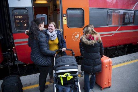 Endelig fremme i Bergen! Line Iren Mørk og barna har vært på reisefot i over et døgn. Nå venter vinterferien hos søsteren Sandra Mørk Myrmel.