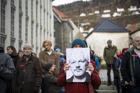 Fredsaktivisten Åse Møller-Hansen stod fremst på markeringen og holdt et bilde av Julian Assange.