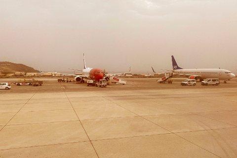 Fly fra Norwegian og SAS parkert på Gran Canaria internasjonale lufthavn mandag ettermiddag. Flyplasser på Kanariøyene åpnet igjen mandag ettermiddag etter å ha vært stengt på grunn av en sandstorm som rammet øygruppen i helgen.