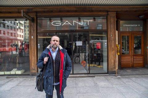 Svein Inge Sølvik, daglig leder i Gant Retail, tviler på at de kan åpne butikken før om en måneds tid.