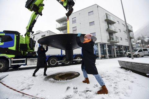 Skulpturen «Gong Gregor» ble torsdag flyttet vekk fra sitt vanlige element i Møllendal, og skal brukes i et bestillingsverk under Borealis.