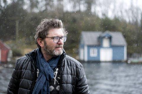 Bergsveinn Birgisson har ordnet seg en skrivehule i et naust på Sotra. Landskapet minner ham om hjemtraktene                                            nordvest på Island.