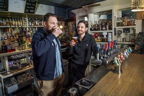 Daglig leder Jens Eikeset i 7 Fjell Bryggerier og Jan-Thomas Monclair i Bargruppen har inngått et historisk samarbeid som parkerer ølgigantene Hansa og Ringnes på sidelinjen. FOTO: EIRIK HAGESÆTER