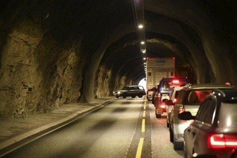 Flere valgte å snu og kjøre tilbake mot Bergen lørdag ettermiddag da de ble stående fast i kø i tunnelene mot Bogelia. Bildet er tatt i Risnestunnelen.