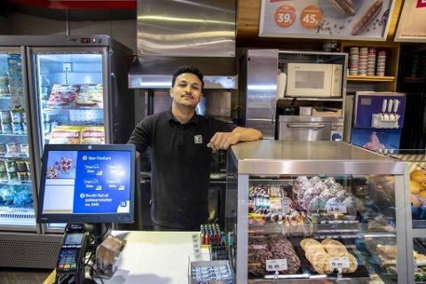 Natnael Ghirmay hos 7-Eleven sier det er veldig rolig i kiosken, ettersom gaten utenfor er en anleggsplass.