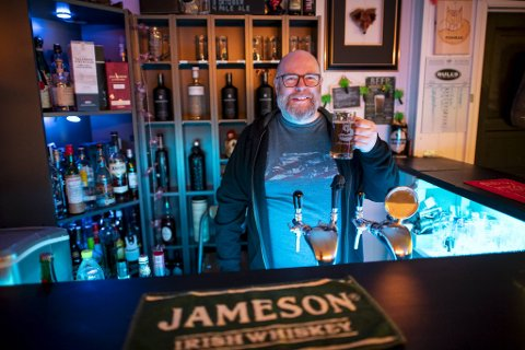 Kjetil Rye (47) har laget arkademaskin i kjelleren, og kjelleren den har han omgjort til en bar som fått navnet Foxhead.