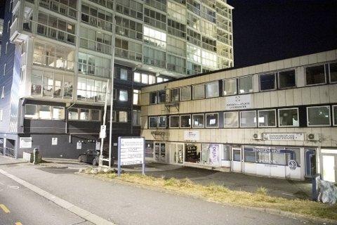 Utenfor helsesenteret i Solheimsviken er det åtte parkeringsplasser.