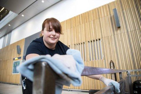 Egita Eglite er en av service medarbeiderne som rengjør alle berøringspunkter på Flesland lufthavn.