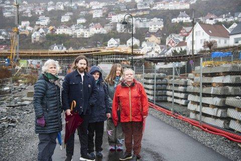 Beboerne Jorunn Egge, Egil Norheim, Camilla Bondevik, Ragnhild Hatlelid og Randi Boldevin foran sykkelbroen som reiser seg foran husene i Fløenbakken.