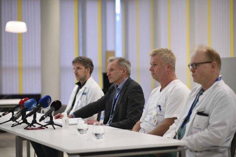 Fra venstre, seksjonsoverlege ved infeksjonsseksjonen Trond Bruun, administrerende direktør Eivind Hansen, smittevernoverlege Per Espen Aslaksen og kirurgisk prioritør, Christian Beisland.
