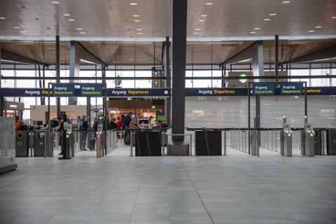 Fra mandag klokken 0800 blir grensene stengt, og internasjonale passasjerer som ikke har en god grunn til å oppholde seg i Norge, blir sendt hjem.