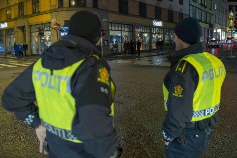 BRUDD OG STRAFF: Politiet avventer nå nasjonale retningslinjer for hvordan de skal straffe brudd på smitteverntiltak.