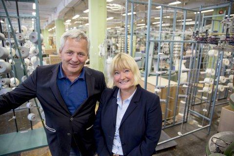Administrerende direktør Arne Fonneland, og hovedeier Janne Vangen Solheim ved Janusfabrikken. Bildet er tatt ved en annen anledning.
