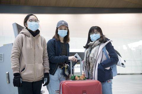 Joly (20), Ruby (22) og Liane (20) er utvekslingsstudenter fra Hongkong. De skulle studert på UiB frem til sommeren, men nå blir det nettstudier i Asia. På flyplassen hadde trioen på seg smittevernmasker.